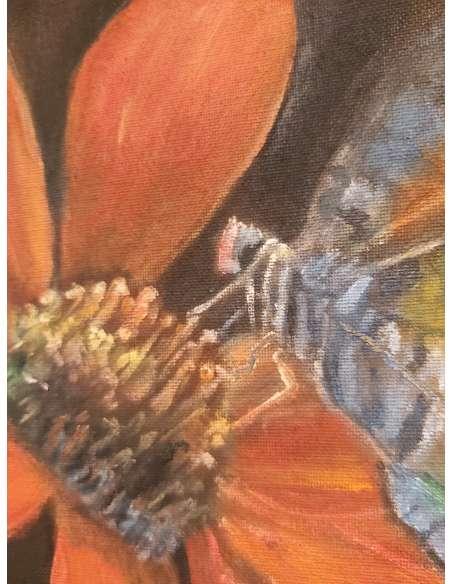 Fluture pe floare rosie detaliu